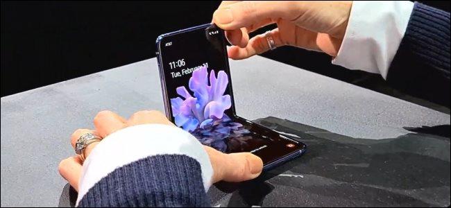 يد امرأة تمسك هاتف قابل للطي Galaxy Z Flip