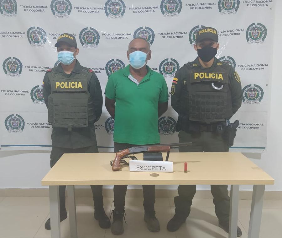 hoyennoticia.com, Con una escopeta Remington calibre 16 amenazó a varias personas en Fonseca