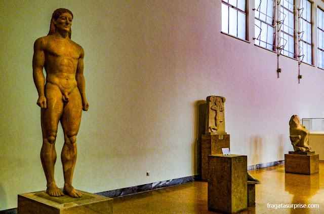 Kouros, estátuas de jovens do Período Arcaico grego, no Museu Nacional de Arqueologia de Atenas, Grécia