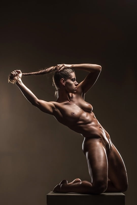 Muscles, donna muscolosa, body builder, nude art, blonde, treccie,