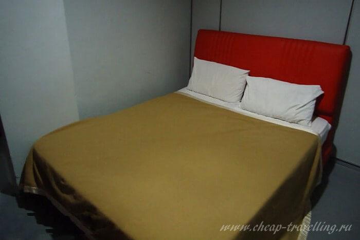 Кровать в отеле фото