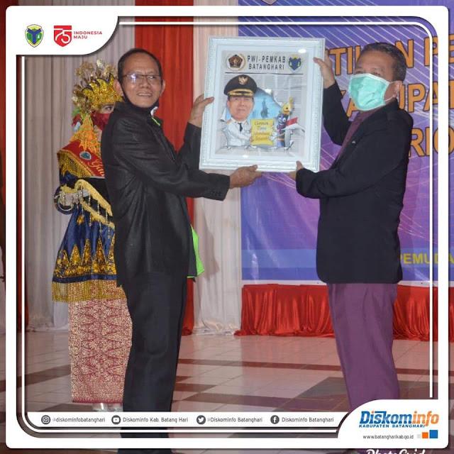 Bupati Hadiri Pelantikan Pengurus PWI dan IKWI Kabupaten Batanghari