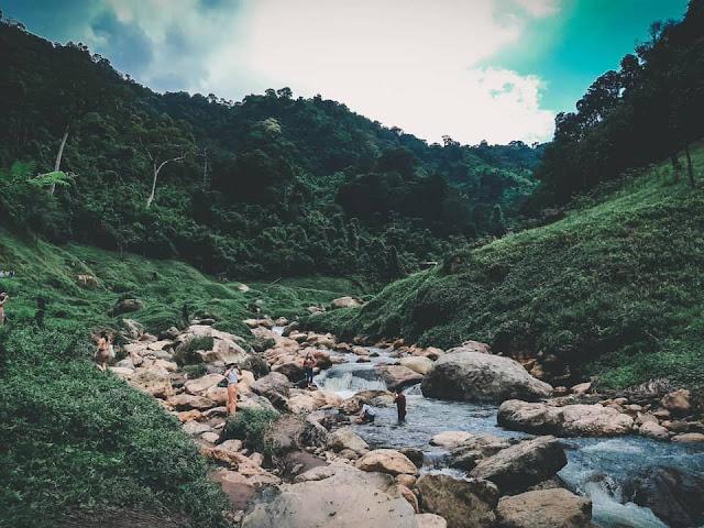ทางเดินเข้าไปน้ำตก เมื่อเดินเข้าไปเรื่อยๆ ทางจะเริ่มยากขึ้น มีจุดที่ต้องปีนก้อนหินขึ้นลง จับโหนไต่เชือกไปตามแนวหิน ควรเดินด้วยความระมัดระวัง