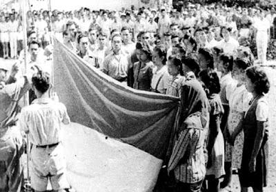 bendera merah putih dikibarkan pertama kali pada 17 Agustus 1945