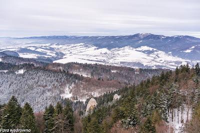 Widok na Krościenko z kulminacji Trzech Koron. Na linii horyzontu lekko po prawej można dostrzec wieżę widokową na Lubaniu w Gorcach