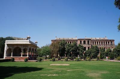 Taman Hijau di salah satu istana dalam Red Fort