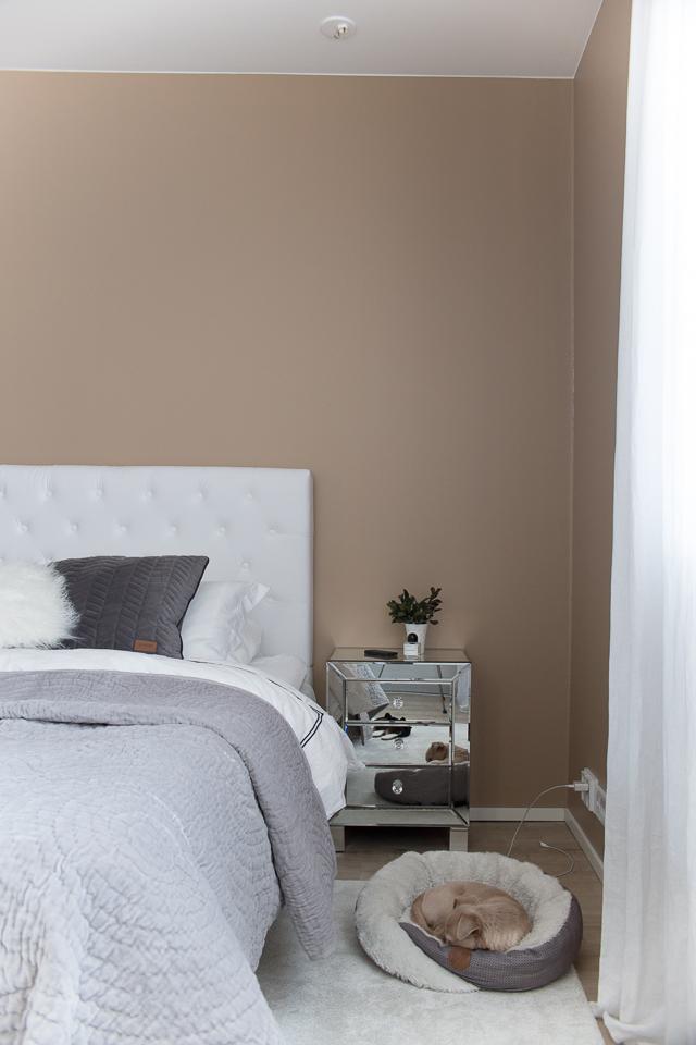 Villa H, makuuhuoneen sisustus, hattara matto, chihuahua, bedroom interior, klassinen sisustus