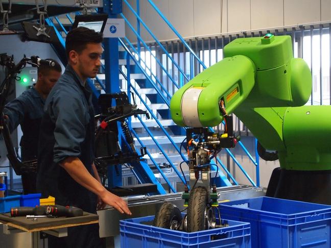 Le robot, baptisé Shrek, évite à l'opérateur de porter la roue du scooter. - Nicolas Raffin/20 Minutes