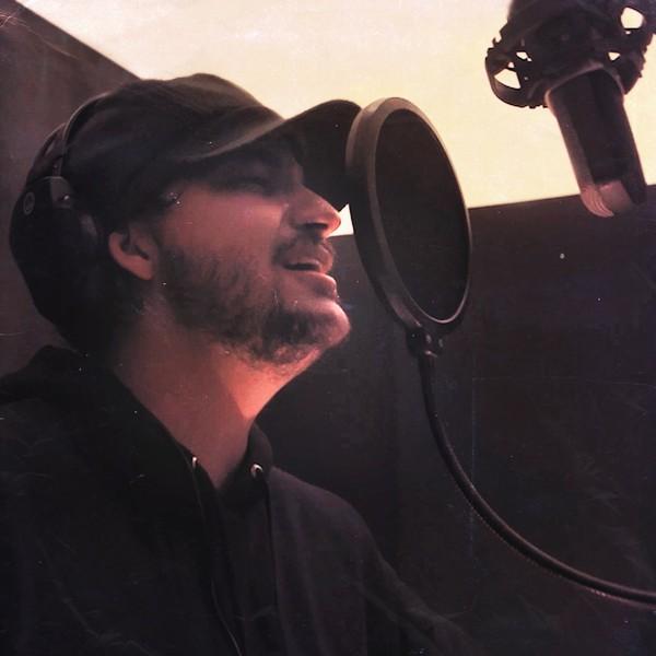 """Uma nova energia do cancioneiro de Zé Ramalho surge na interpretação moderna e intensa de Vito Velasso para quatro canções icônicas do artista paraibano. Um pot-pourri em duas faixas mescla """"Banquete de Signos"""", """"Beira Mar"""", """"A Terceira Lâmina"""" e """"Eternas Ondas"""" e chega às plataformas de streaming de música acompanhado de um clipe em estúdio."""