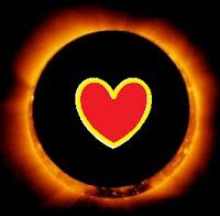 Imagen de un eclipse con un corazón en el centro