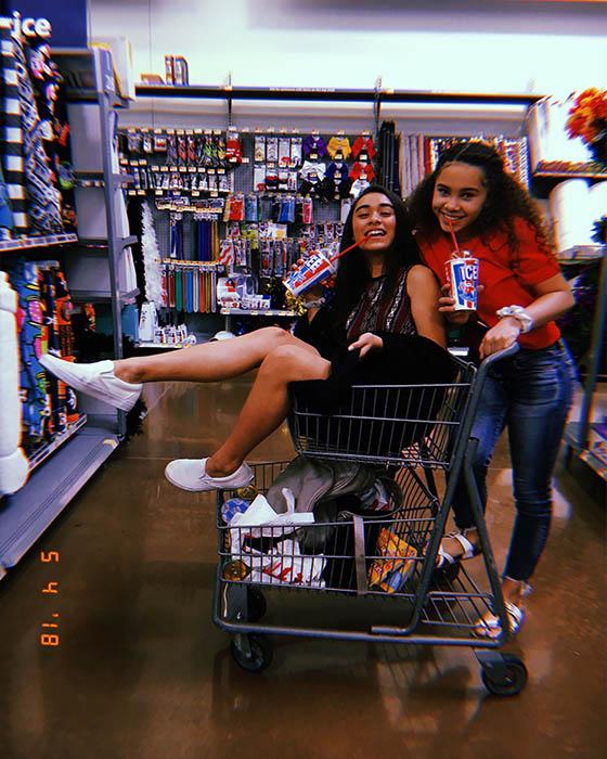 Foto de amigas en carrito de compras
