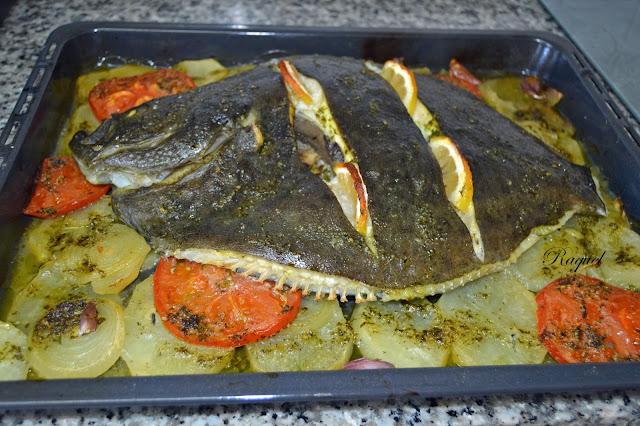 Rodaballo con patatas y verduras al horno