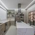 Cozinha cinza, dourada e marmorizada clássica e contemporânea com ilha e cristaleira!