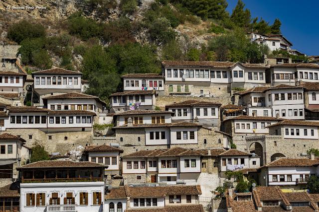 Ventanas una encima de la otra, Mangalemi, Berat - Albania, por El Guisante Verde Project