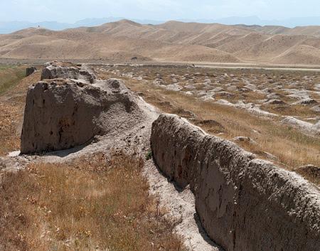 Крепость Надир-шаха  Исторические памятники Туркменистана  В 22 км к югу от региона Кахка находится крепость великого правителя Надир-шаха.  Крепость Надир-шаха построена по приказу иранского правителя Надир-шаха в XVIII веке на территории Абиверда. По форме крепость была квадратной, а длина каждой из его стен составляла по 1000 метров. Толщина стен составляла 2-3 метра, а высота - 3 метра.   Ворота находились с северной стороны. В каждом крыле стены располагалось по 12 круглых башен для охраны крепости. Вокруг этой крепости был вырыт глубокий ров, заполненный водой.   Руины дворца лежат во внутренней части крепости. Из крепости открывается прекрасный вид на горы Копетдага.