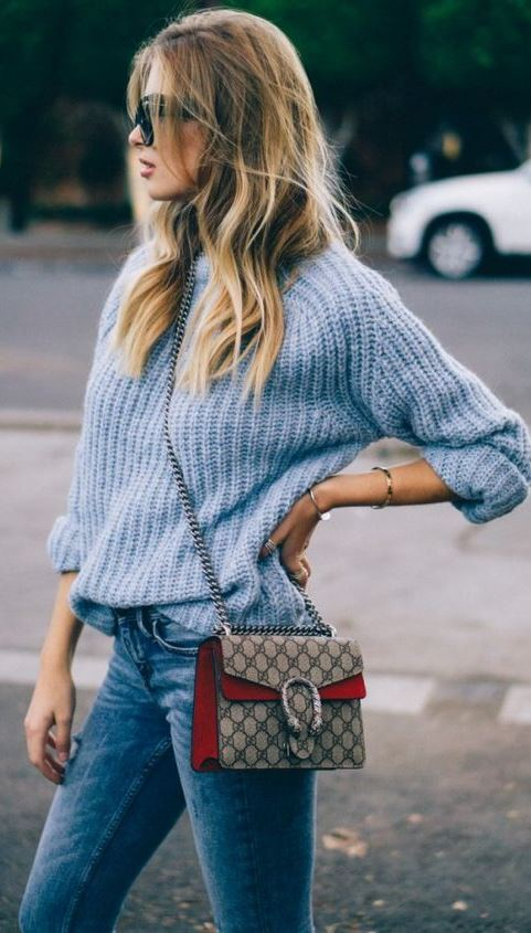 how to wear a blue sweater : bag + skinny jeans