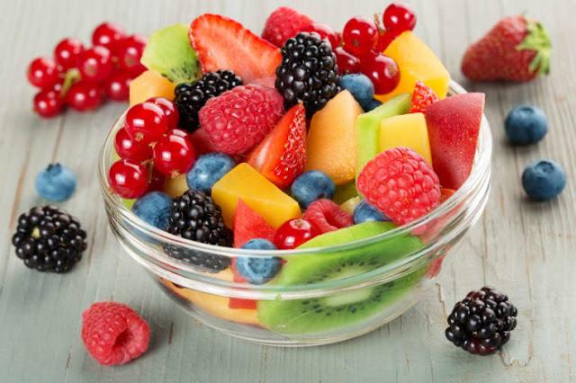 Menu sarapan sehat dan praktis buah dan keju (via beachbodyondemand.com)
