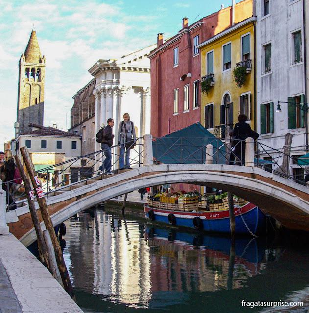 A Ponte dei Pugni sobre o Rio San Barnabá, em Veneza