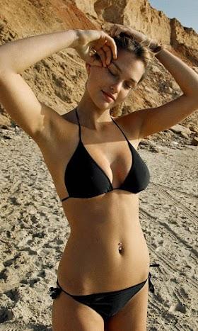 Hình Nền Bikini Cô Nàng Trên Bãi Biển Full HD