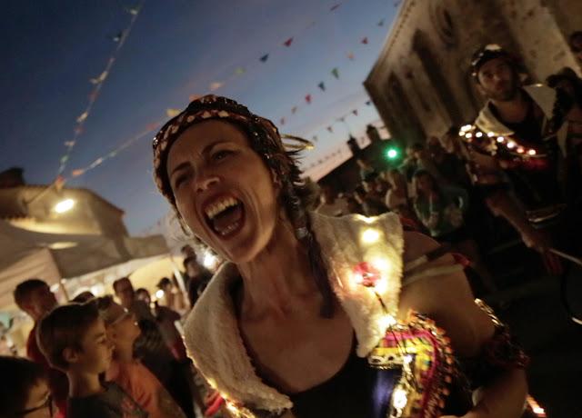 batucada avec lumières, Samba Baladi et son spectacle de rue pour les festivals arts de la rue, musiques actuelles, défilé, évènementiel, fêtes de quartier, carnaval, corso, parades, et fêtes de Noel (Angers, Nantes, Rennes) Pays de Loire Bretagne Normandie.