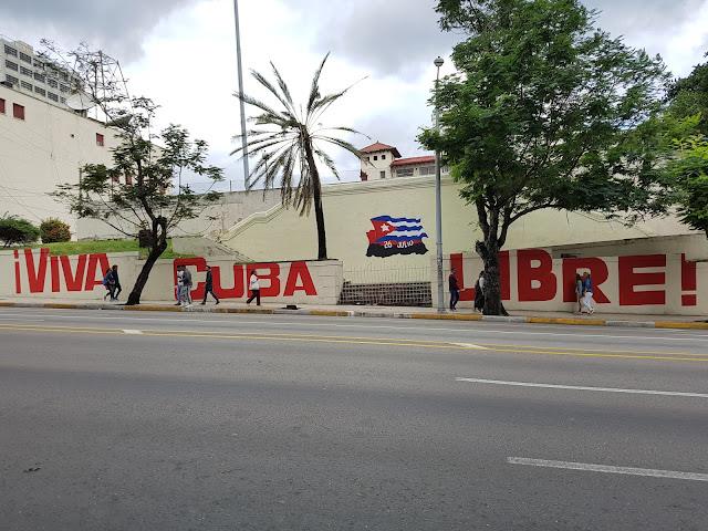 Inscrição numa das principais ruas do bairro do Vedado, em Havana - Viva Cuba Libre - Cuba é mesmo como dizem?