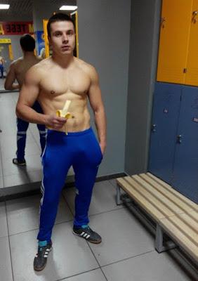 napaljeni-golisavi-momak-jede-bananu
