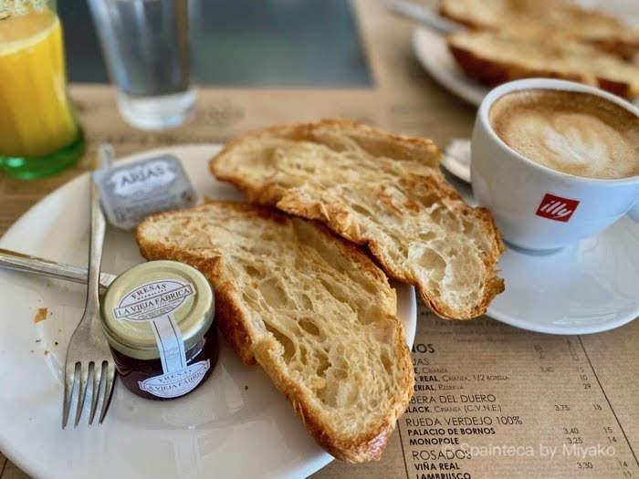 規制緩和で営業再開したマドリードのカフェで食べるクロワッサンとカフェ・コン・レチェの朝食