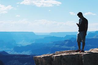 Un jeune sur la montagne