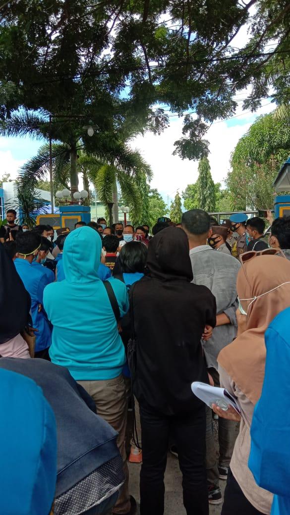Mahasiswa berkumpul di depan Kantor Perbendaharaan dan Kas Negara Sulawesi Tengah, Kamis (8/7/2021)