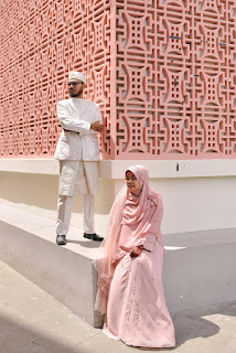 pink and white, kompakan dengan dinding kampus