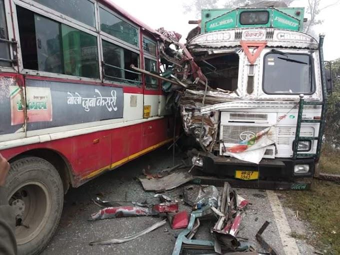 इटवा: बच्चे को बचाने में तेज रफ्तार ट्रक से भिड़ी बस, तीन घायल