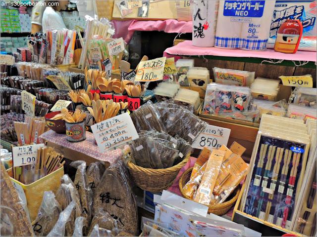 Menaje en el Mercado de Pescado de Tsukiji, Tokio