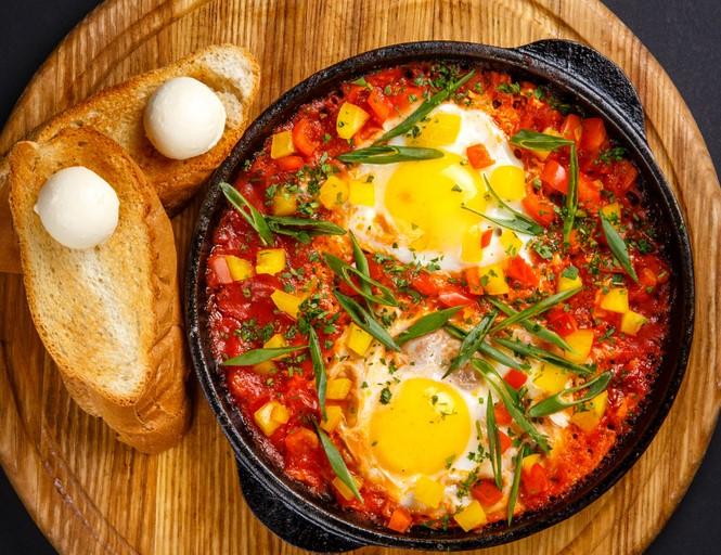 Шакшука с куриными яйцами