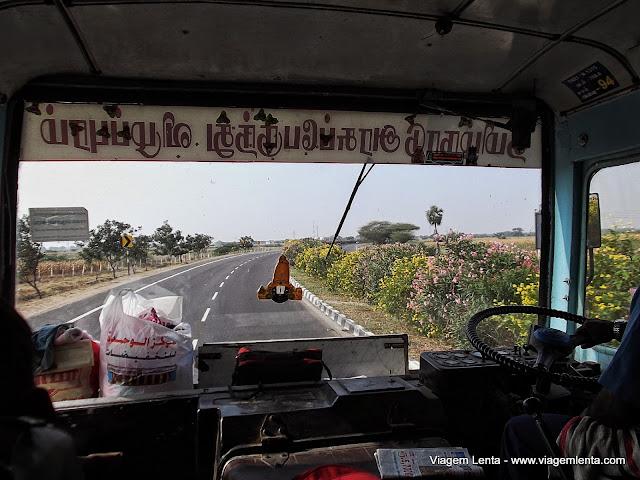 Uma viagem de ônibus na Índia após o aperto