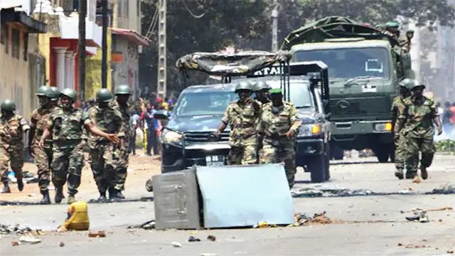 غينيا: محاولة انقلاب عسكري وسط تخوف المغاربة على بعثة الأسود