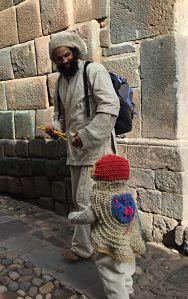 hippy vendiendo velas hechas con cera de abeja. Cuzco. Perú