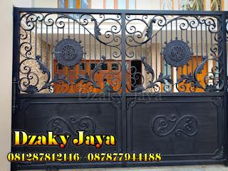 Pintu pagar besi tempa klasik untuk rumah mewah klasik.