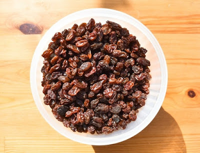 raisins in a round tupperware tub