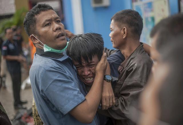 Homem chorando ao ver familiar morto