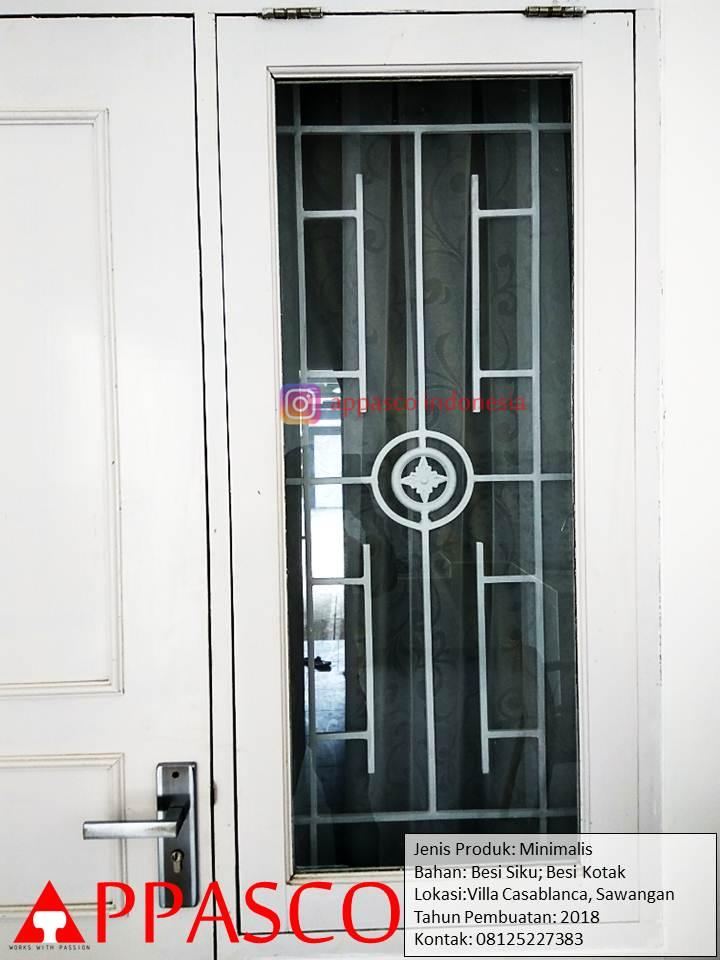 Teralis Jendela Samping Pintu Model Minimalis Modern di Villa Casablanca Sawangan