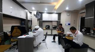Lahapnya Habib Rizieq Santap Nasi Kotak Bersama Penyidik Polda Metro