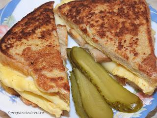 Reteta sandwich rapid cu omleta impaturita retete culinare mancare din omleta de oua cu kaizer si cascaval si felii de paine toast in ea pentru mic dejun sau gustare,