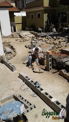 Bizzarri trabalhando na construção das muretas de pedra com as escadas de pedra e os pisos de pedra em construção da galeria paulista em São Paulo-SP. 27 de setembro de 2016.
