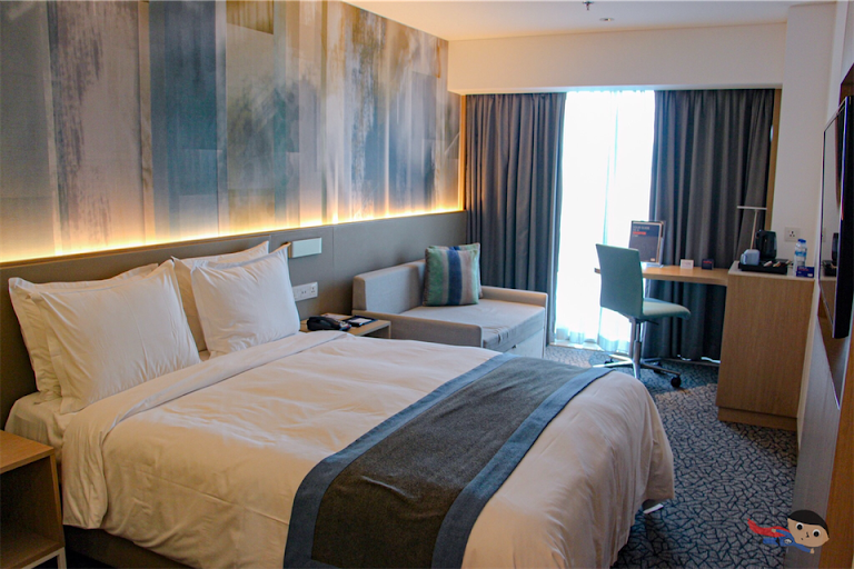 Holiday Inn Express Bed - Resorts World Manila