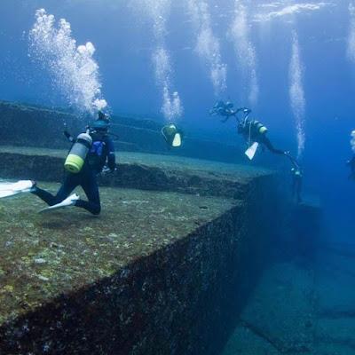divers investigate yonaguni