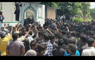 अचानक सड़कों पर उतरे लोग, लब्बैक या हुसैन... के नारों के साथ दफ्न हुआ ताजिया | #NayaSaveraNetwork