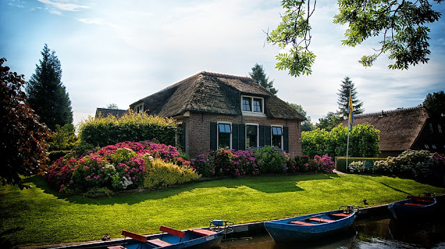 https://cdn.pixabay.com/photo/2017/07/07/13/55/giethoorn-2481483_960_720.jpg