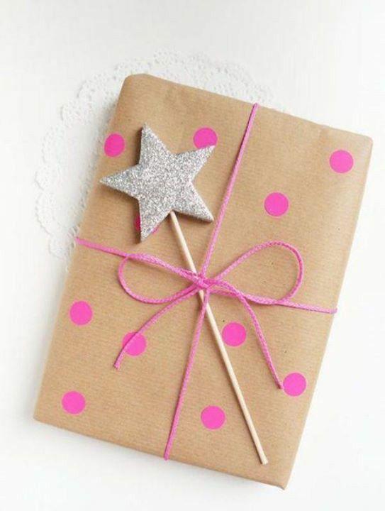 Papel kraft, linha e tinta e mais uma estrela feita com palito de churrasco isopor e glitter