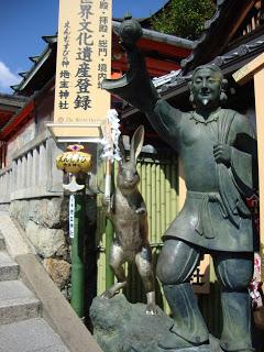 statue di pietra che raffigurano un uomo ed una lepre