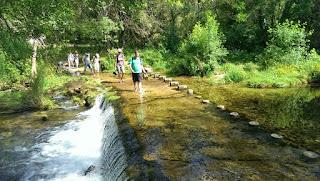 Kursteilnehmer im Sonnenschein am Fluss Buèges